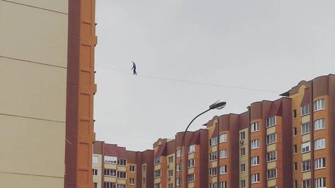В Воронеже канатоходцы прошли между «крыльями» 10-этажки