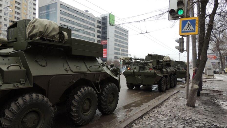 В Воронеже по Московскому проспекту проехала колонна бронетранспортеров