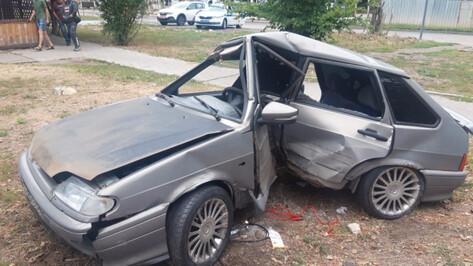 В Воронеже ВАЗ сложился пополам от удара об ограждение рядом с остановкой