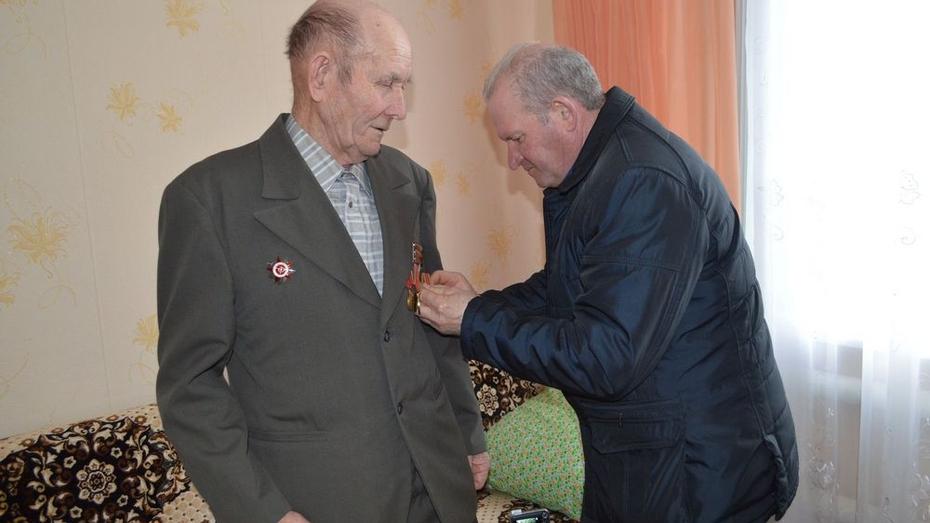 В Воробьевке ветеранов наградили юбилейными медалями
