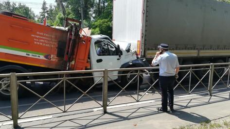 На выезде из Воронежа большегруз сбил пешехода и получил удар от мусоровоза