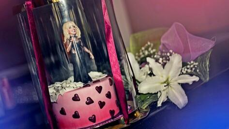 Ирине Аллегровой в Воронеже подарили торт с фигуркой певицы