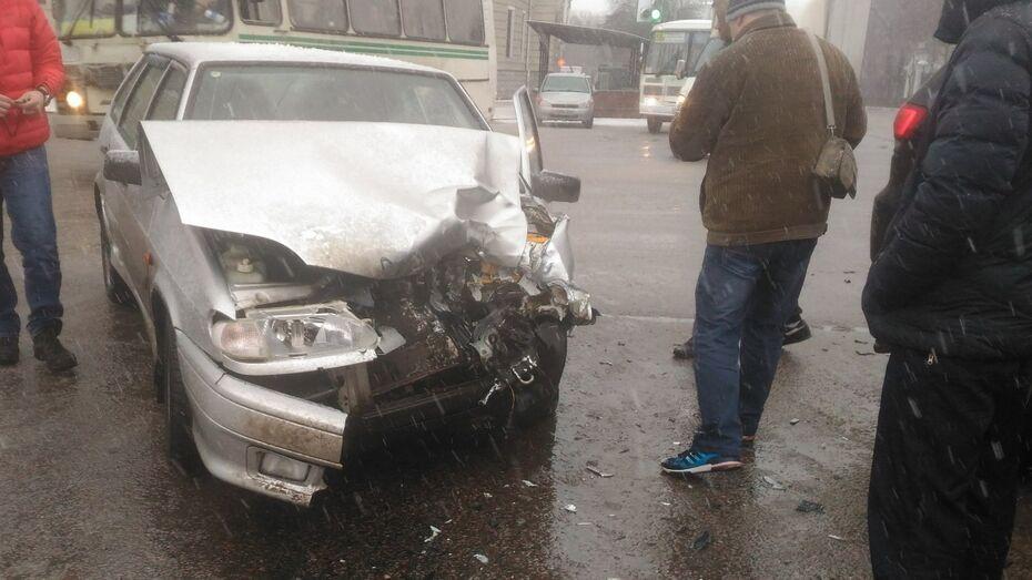 В центре Воронежа внедорожник врезался в легковушку: ДТП попало на видео