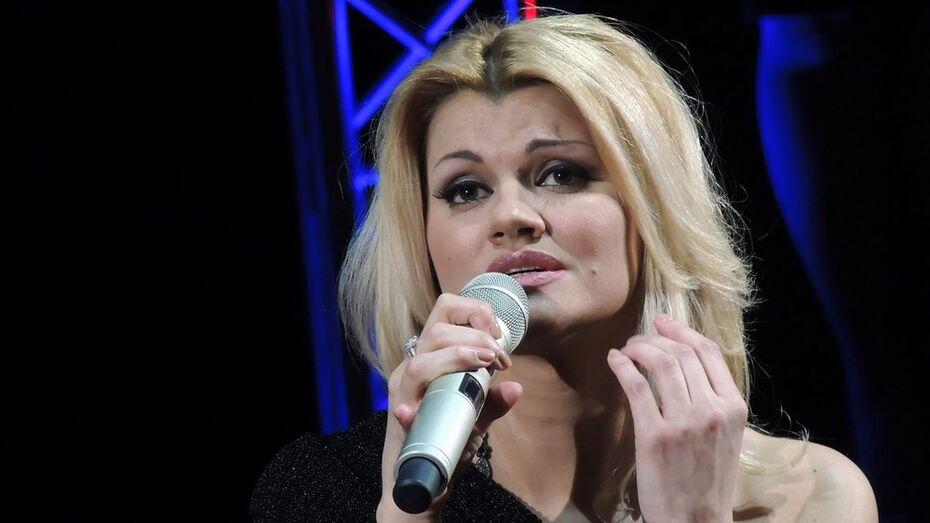 На концерте в Воронеже Ирина Круг позволила поклонникам поцеловать ее в щеку