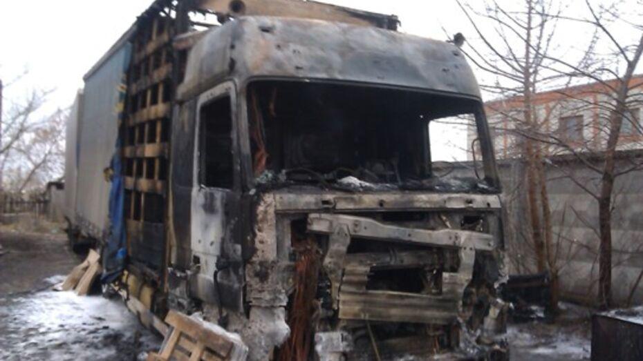 В Воронежской области при невыясненных обстоятельствах сгорела фура