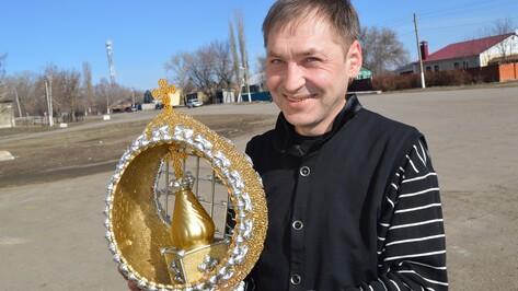 Рамонский умелец изготовил пасхальные яйца из макарон и золотой краски