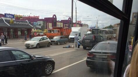 В Воронеже внедорожник сбил девушку на пешеходном переходе