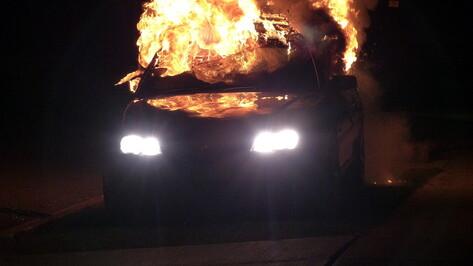 Эффектно вспыхнувшее после ДТП такси засняли в Воронеже на видео