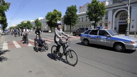 Воронежские велосипедисты проехали по городу в деловых костюмах