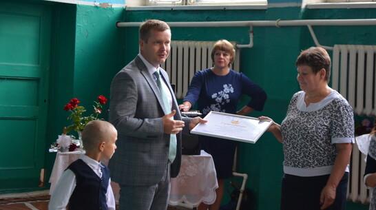 Денежный сертификат правительства области получила школа павловского хутора Данило