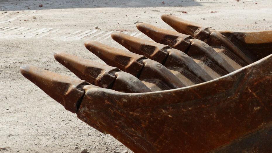 Слой грунта рухнул на 21-летнего рабочего под Воронежем: парень погиб