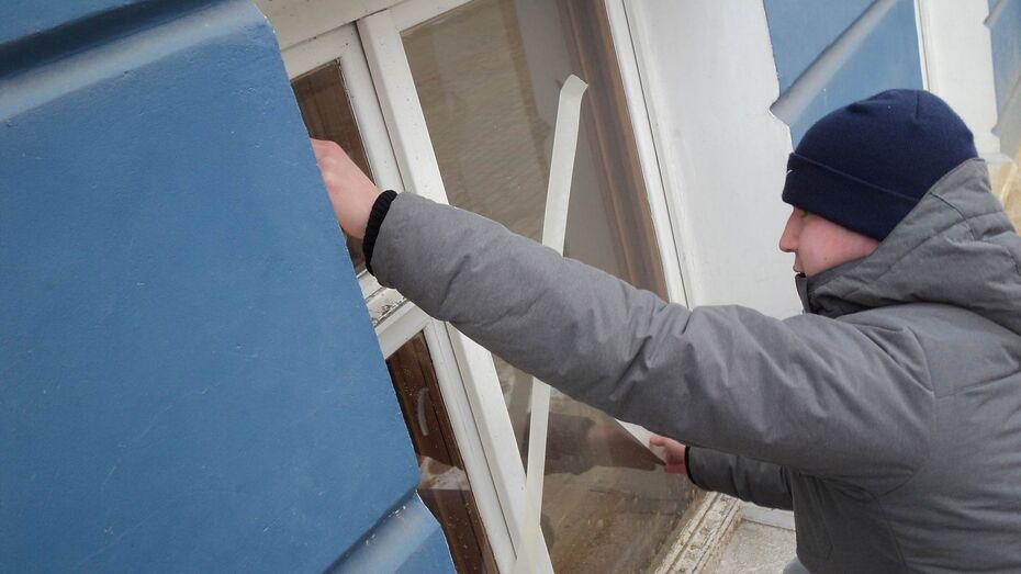 На проспекте Революции в Воронеже крестообразно обклеили окна домов