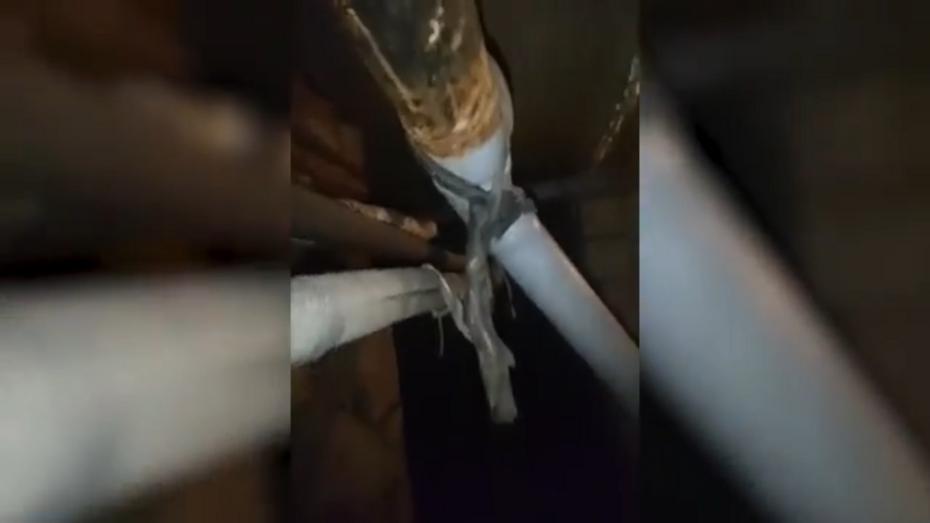 Трубы в подвале дома в центре Воронежа подвесили на чулках и проволоке