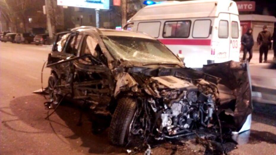 Два человека серьезно пострадали в автомобильной аварии у автовокзала в Воронеже