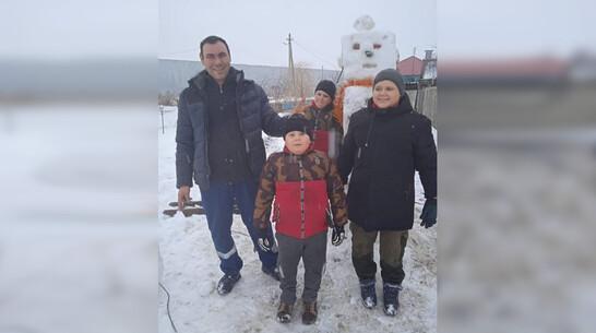 Терновская семья слепила снеговиков по мотивам игры Minecraft