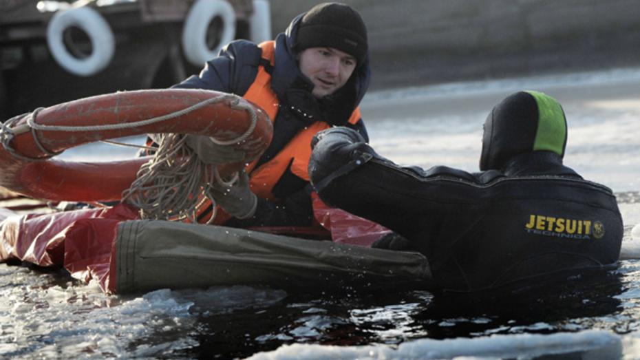 Специалисты МЧС показали приемы спасения на льду
