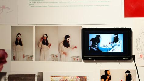 Молодые художницы показали в Воронеже феминистскую выставку с куклами и нижним бельем