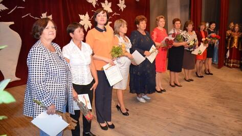 В Верхнемамонском районе поздравили и наградили учителей