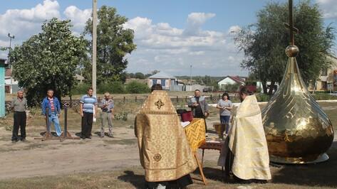 На куполе петропавловского сельского храма установили крест