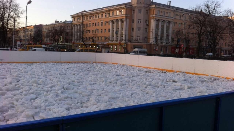 На площади Ленина в Воронеже демонтируют каток