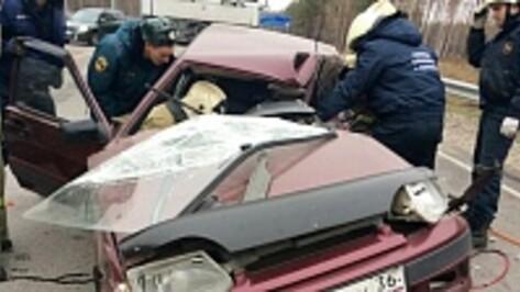 В Воронеже девушка за рулем ВАЗа врезалась в фуру: два человека ранены