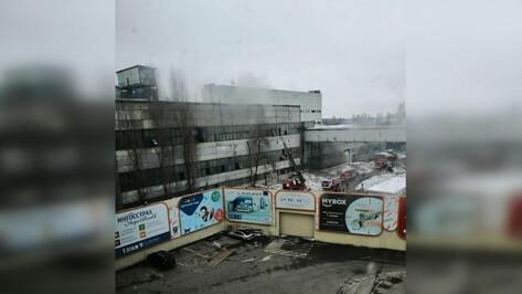 В промзоне у торгового центра на левом берегу Воронежа произошел пожар
