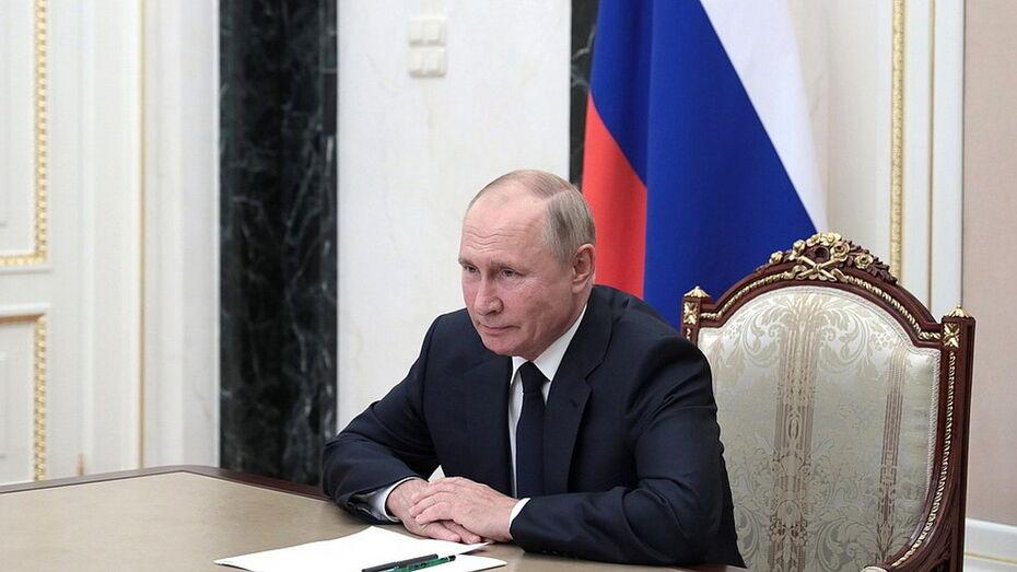 Владимир Путин подписал указы о выплате 15 тыс рублей военным и работникам госорганов