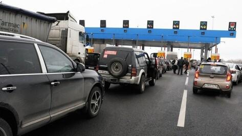 В Воронеже тягач врезался в 2 авто у пункта оплаты на М4: пострадали двое