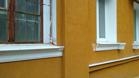 Гипсовая лепнина на фасаде «сталинки» в Воронеже осыпалась через год после ремонта