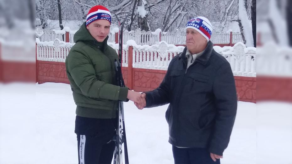 В Панинском районе девятиклассник прошел 25 км на лыжах, чтобы поздравить учителя