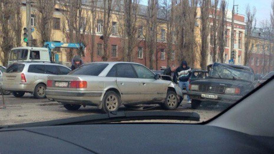 В Воронеже при столкновении «Волги» и Audi пострадал ребенок