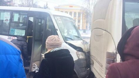В Воронеже на остановке столкнулись 3 маршрутки