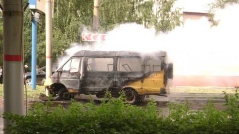 На Левом берегу Воронежа почти полностью сгорела «Газель»