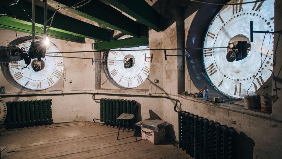 Моторчик, червячная пара и шестеренки. Как устроены самые точные башенные часы Воронежа