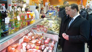 Дмитрий Медведев посоветовал торговцам «заказывать» воронежскую колбасу
