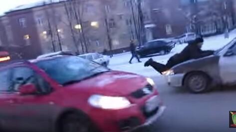 В Воронеже водитель прокатил на капоте пострадавшего от блондинки активиста