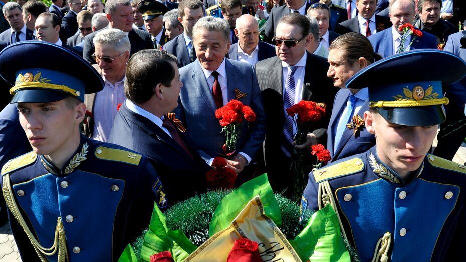Воронежцы возложили цветы к Вечному огню на площади Победы