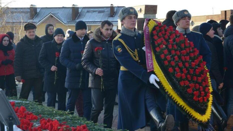 Представители Сбербанка возложили венки к мемориалу на Чижовском плацдарме в Воронеже