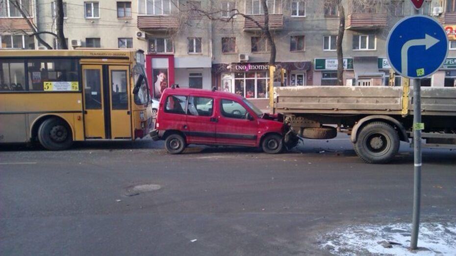 В ДТП с участием большегрузного автобуса в Воронеже никто не пострадал
