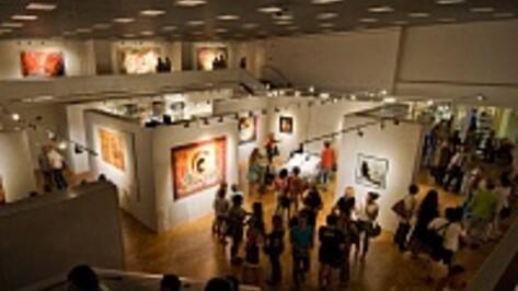 В музее Крамского искусственные цветы и коврики с оленями выставили вместе с Репиным