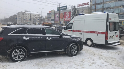 В Воронеже Kia столкнулась с машиной скорой помощи