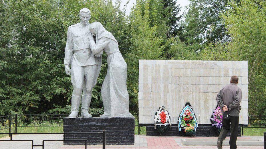 В таловском селе активисты отреставрировали мемориал «Скорбящая мать»