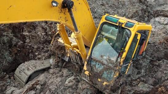 Экскаватор засосало в грязь «Перламутрового озера» в Воронежской области