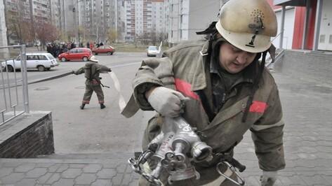 На улице Хользунова в Воронеже горит муниципальное общежитие
