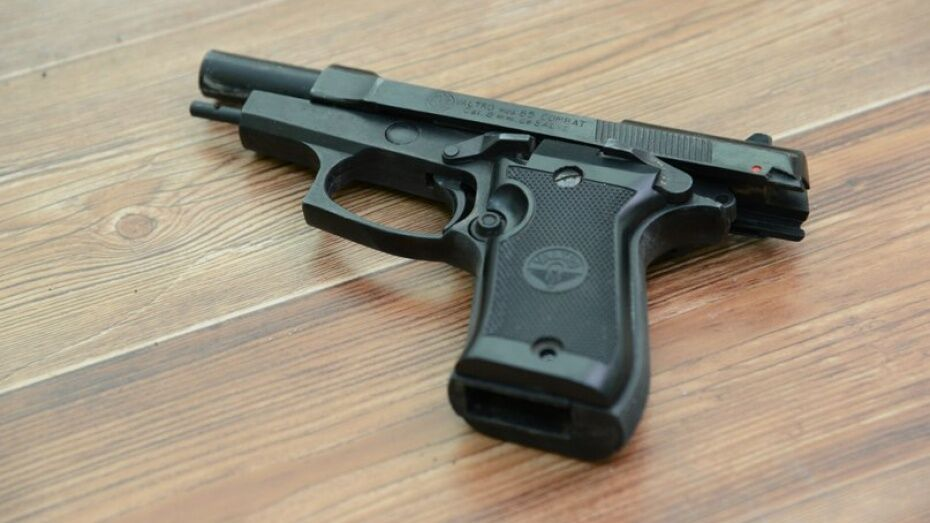 В Рамонском районе пенсионер 4 раза выстрелил из пистолета в иномарку