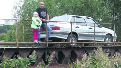 В Таловском районе селянин построил через реку железный мост