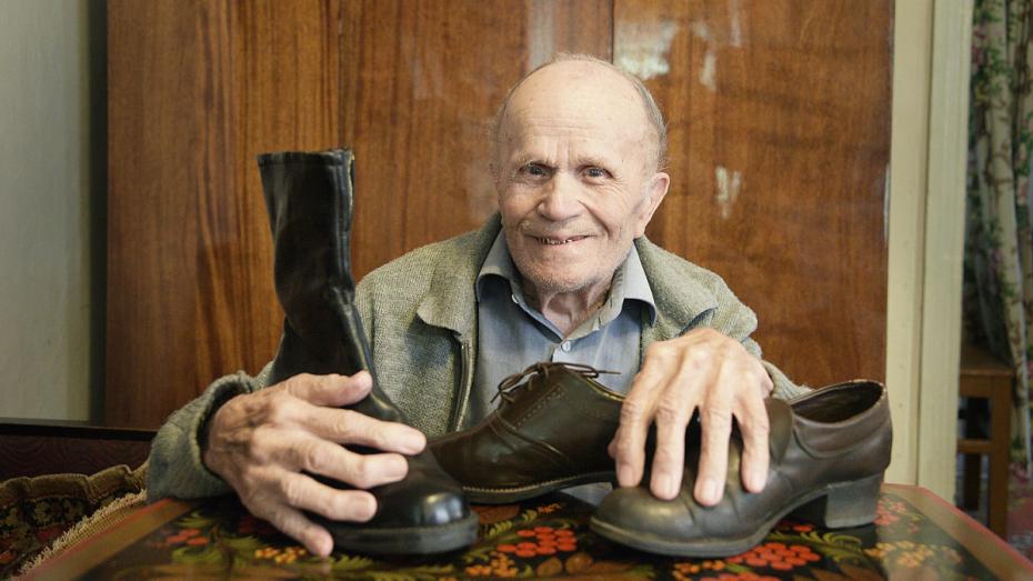 «Просто шил и шил». За 73 года работы воронежский обувщик получил 3 ордена