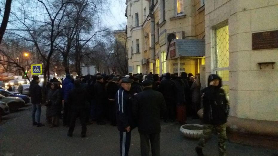 Воронежские автомобилисты ночевали в очереди рядом с наркодиспансером