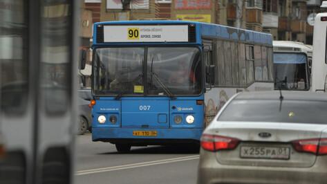 При резком торможении автобуса №90 в Воронеже пострадали 2 пассажира