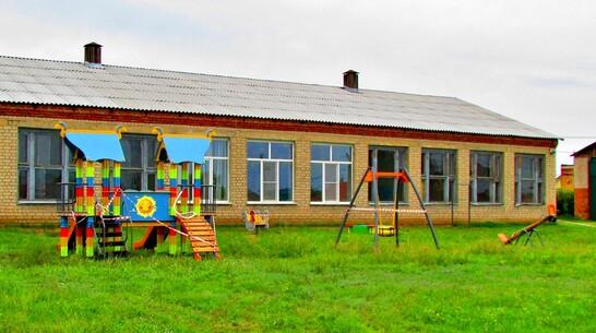 В борисоглебском селе Губари на территории школы благоустроили детскую площадку